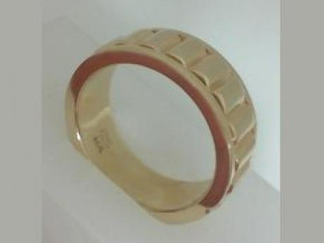Wedding Ring in a Ridge Design in 14kt Yellow Gold