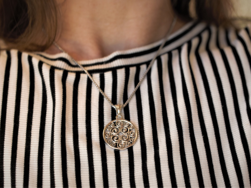 jewelry that donates to breast cancer
